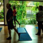 Turma de idosos praticando Pilates