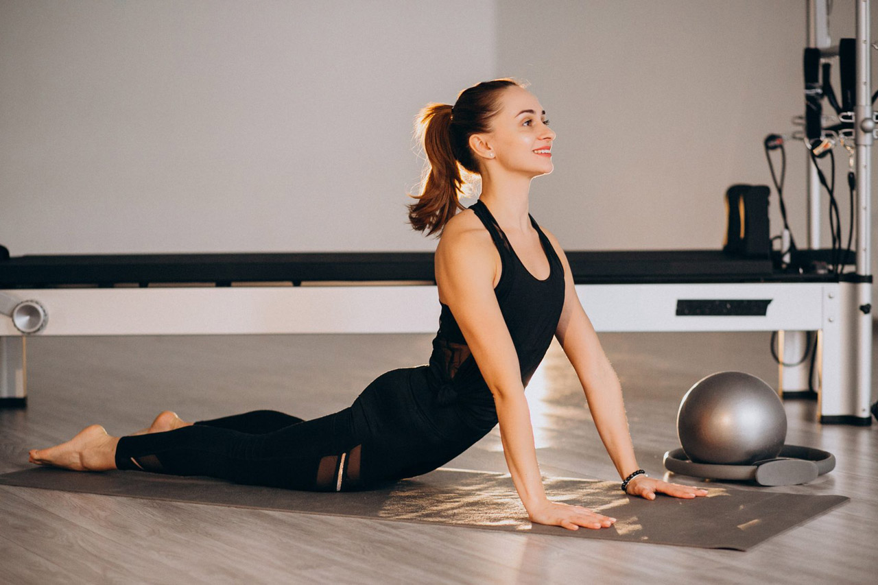 Mulher praticando pilates relaxando e aliviando o estresse
