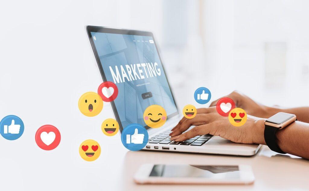 Nuvem de emojis em frente de notebook para campanha de marketing