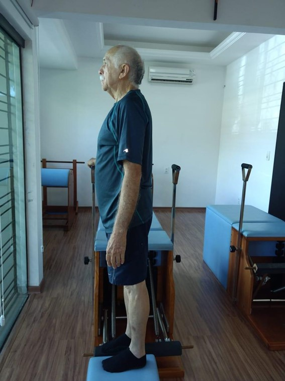 Idoso realizando aula de Pilates na Step Chair