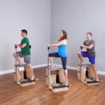 Turma de pilates utilizando a combo chair