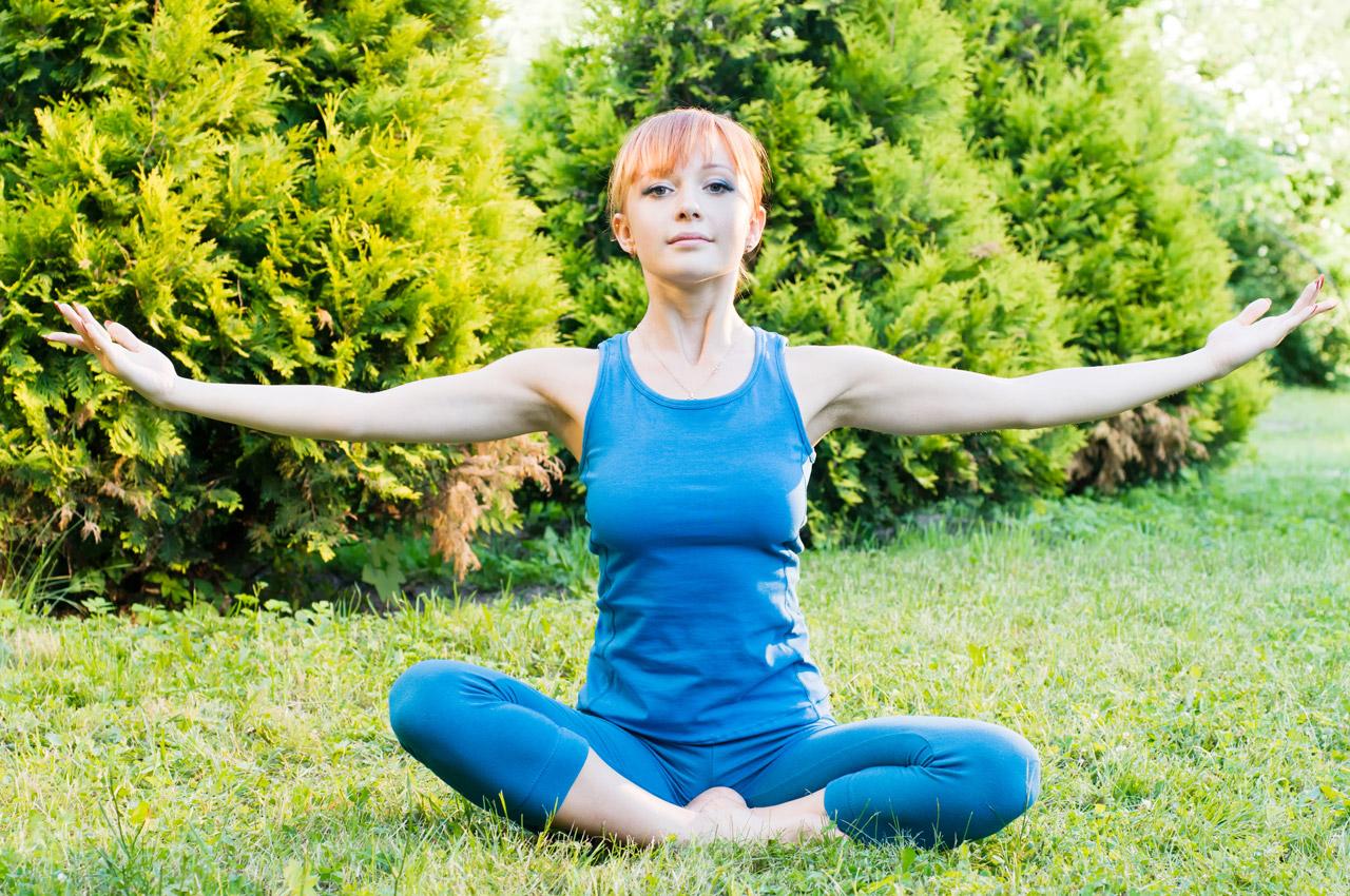 Mulher praticando pilates ao ar livre