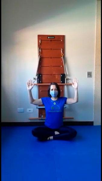 movimento de pilates com equipamento